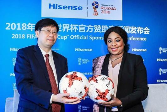 Президент Hisense Group Лю Хунсинь и Генеральный секретарь FIFA Фатма Самура